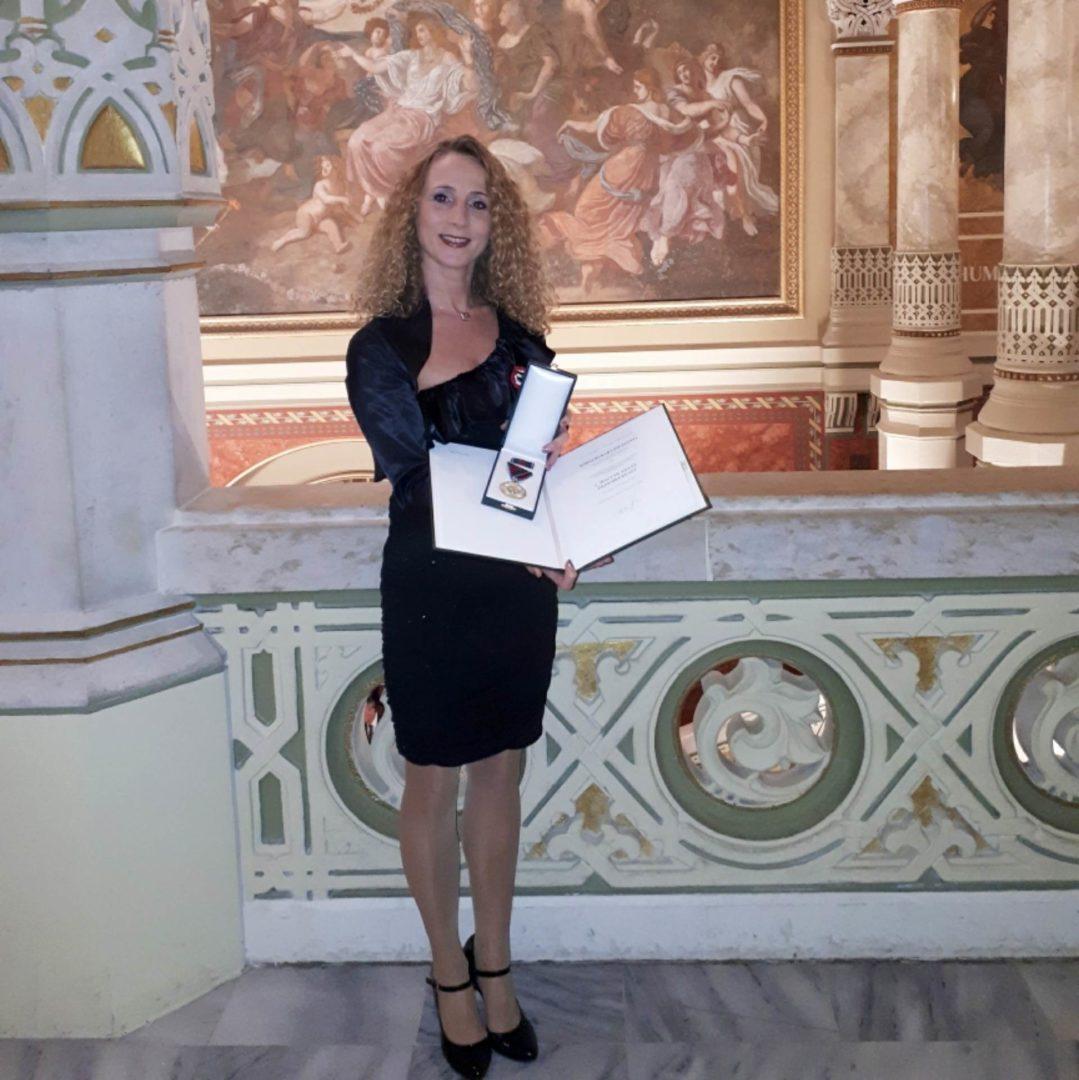 Kara Zsuzsanna Magyar Arany Érdemkereszt kitüntetésben részesült